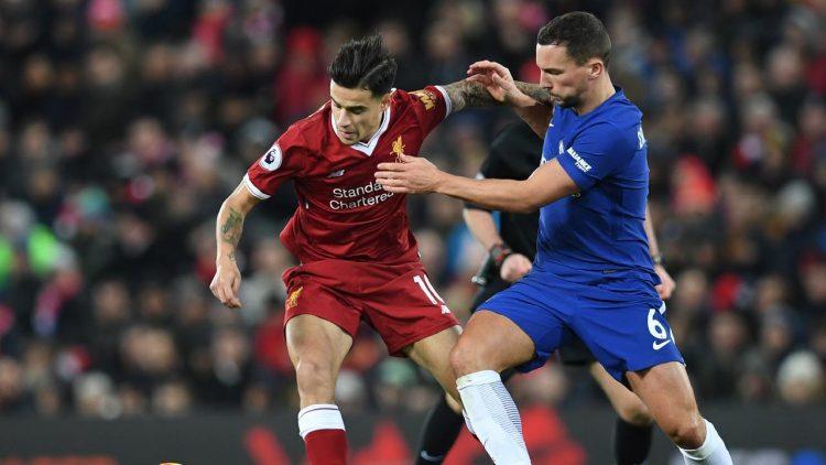 Gelandang Liverpool, Philippe Coutinho, berebut bola dengan pemain Chelsea, Danny Drinkwater pada pertandingan Premier League,