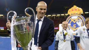 Zidane dan trofi Liga Champions 2017 usai kalahkan Juventus pada final di The Principality Stadium, Cardiff, (3/6/2017). Zinedine Zidane mundur dari kursi pelatih Madrid setelah meraih trofi Liga Champions tiga kali.
